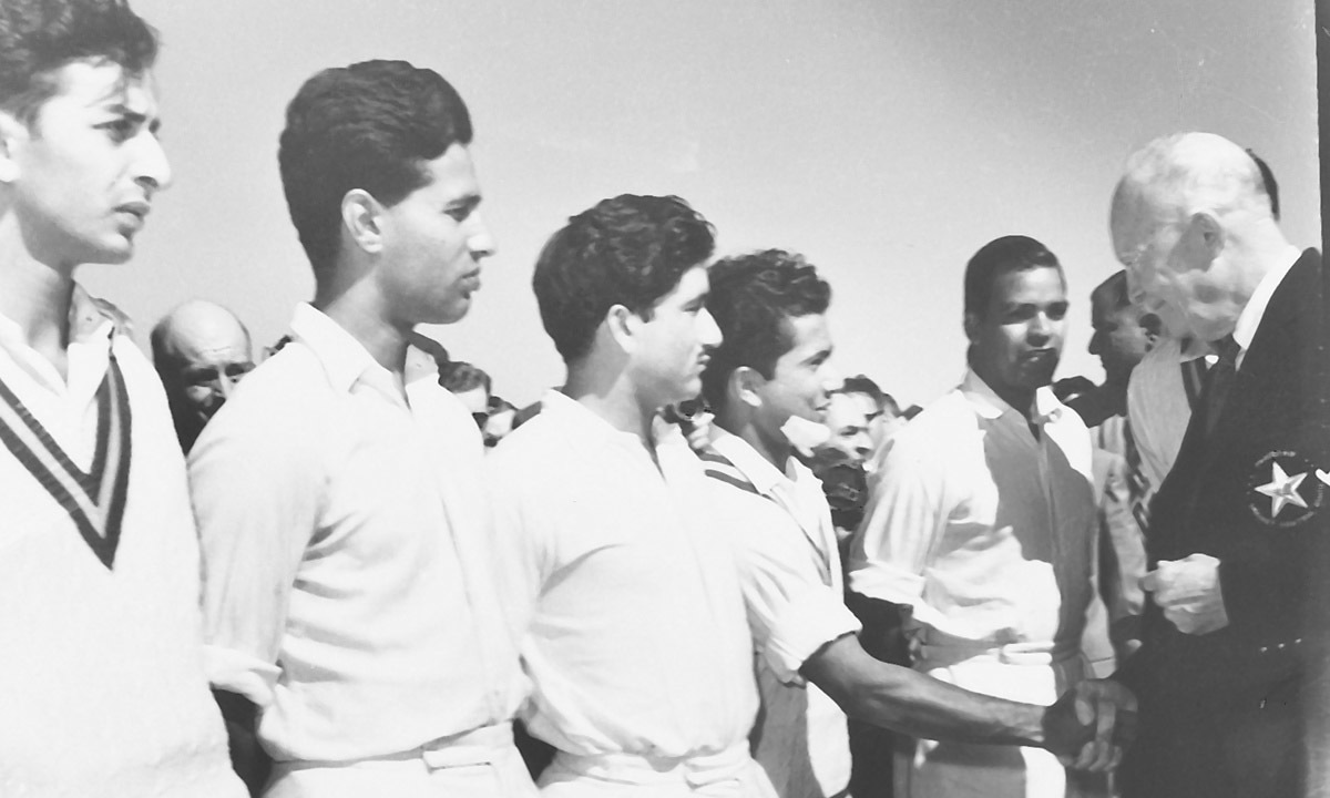 US President Dwight D. Eisenhower shakes the hand of Hanif Mohammed in Karachi on December 1959 | White Star