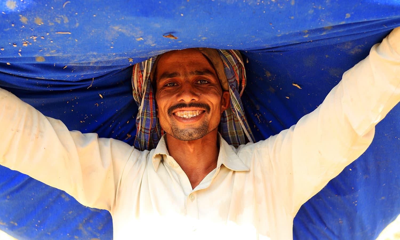 Ravi collecting the harvest in Chelhar, Tharparkar.