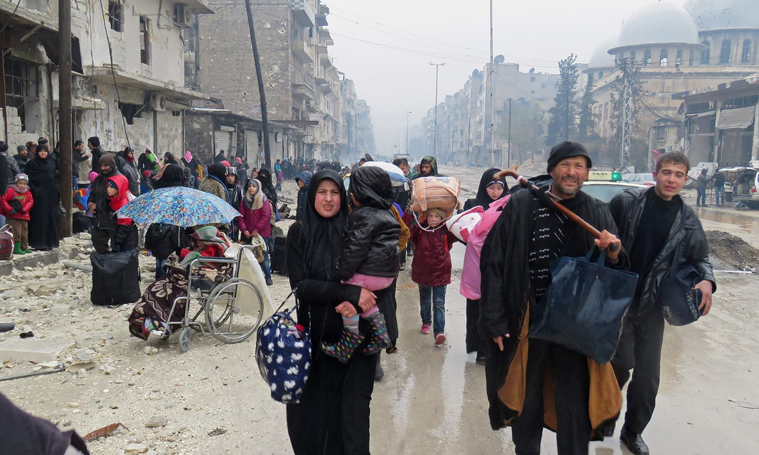 Syrian residents, fleeing violence in the restive Bustan al-Qasr neighbourhood. ─AFP