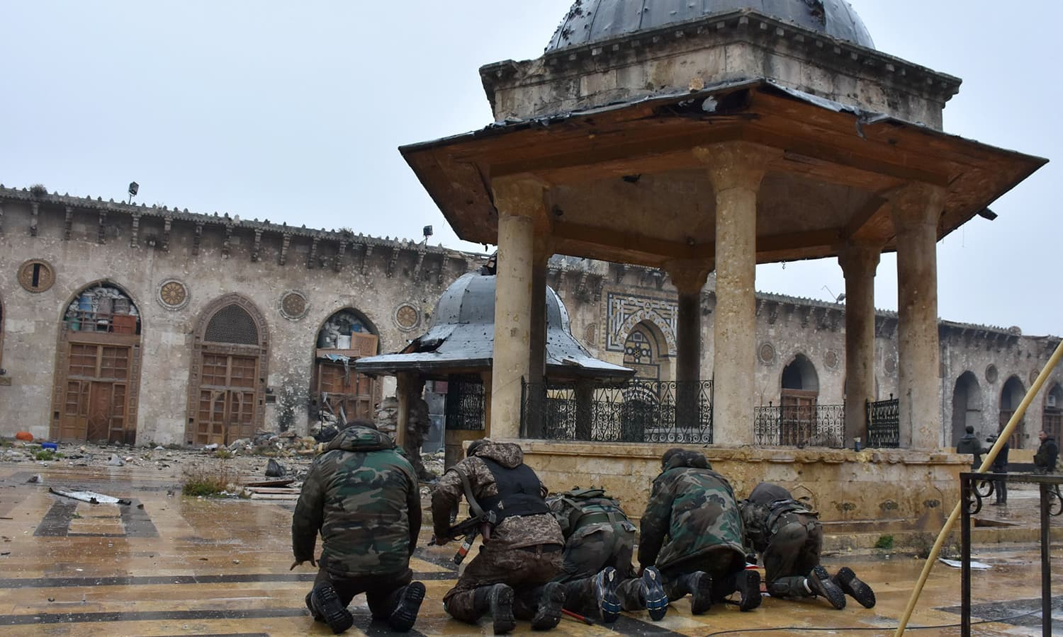 Syrian pro-government forces pray at the Umayyad mosque in the old city of Aleppo. ─AFP