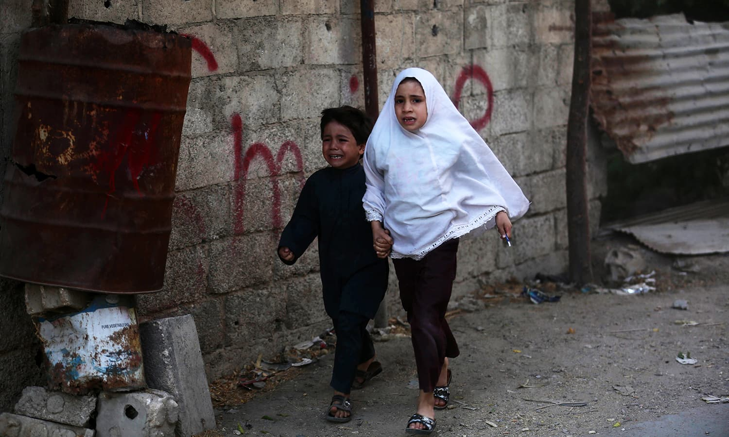 Syrian children run for cover following a reported airstrike on Kafr Batna, in the rebel-held eastern Ghouta area, on the outskirts of the capital Damascus, on September 30, 2016. ─ AFP