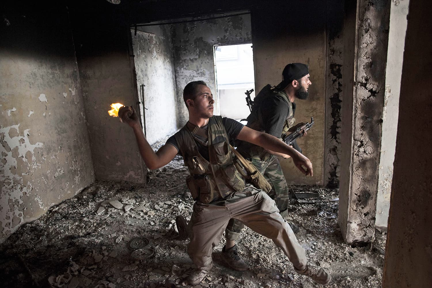 Free Syrian Army soldiers throws a petrol bomb against Syrian Army positions in Saif Al Dawle district in Aleppo, Syria, Wednesday, Oct. 3, 2012. ─ AP/File