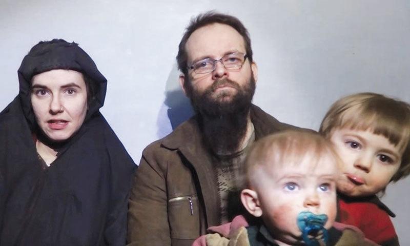 طالبان کی جاری ویڈیو میں کینیڈین شہری جوشوا بوئلے اور امریکی شہری کیٹلان کولمن کو ان کے دو بچوں کے ساتھ دیکھا جاسکتا ہے— فوٹو: رائٹرز