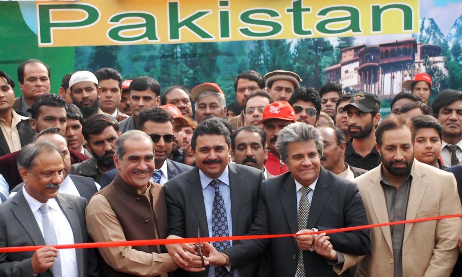 Federal Minister for Railways Khawaja Saad Rafique and Federal Minister for Human Rights Kamran Michael inaugurating Christmas train at Islamabad Railway Station ahead of Xmas.─APP