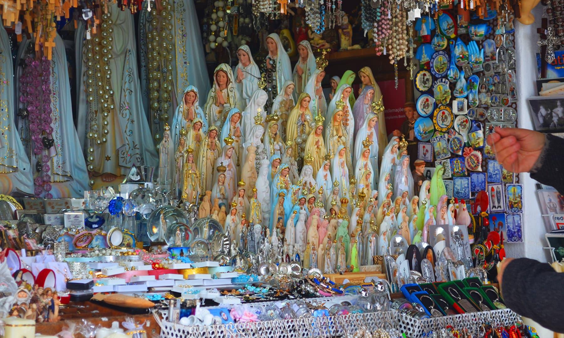 شہر فاطمہ میں سووینیئرز، بی بی مریم علیہ السلام کے مجسمے، شوپیسز اور دیگر سامان کے اسٹالز باآسانی نظر آ جاتے ہیں — تصویر رمضان رفیق