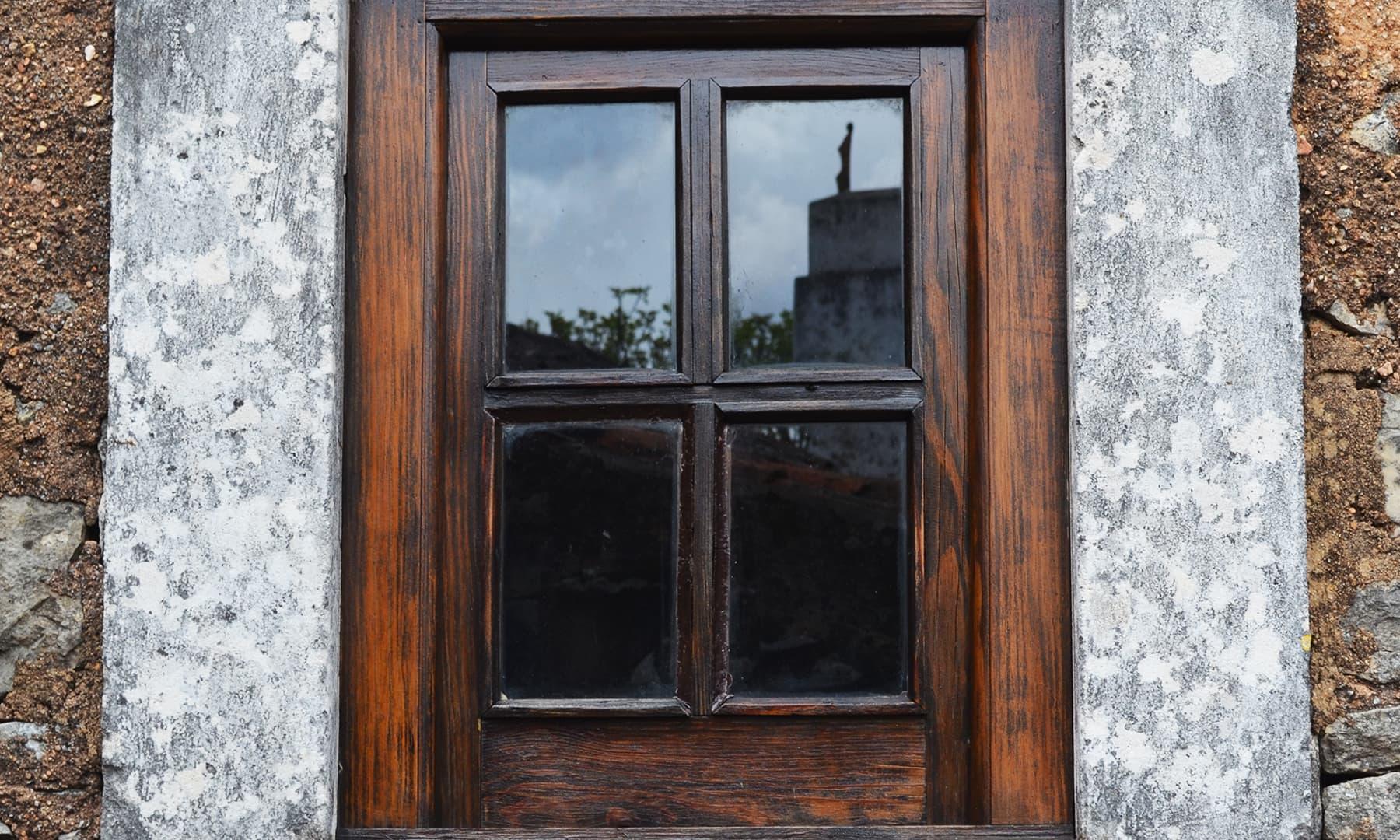 لوسیا کے گھر کی ایک کھڑکی — تصویر رمضان رفیق