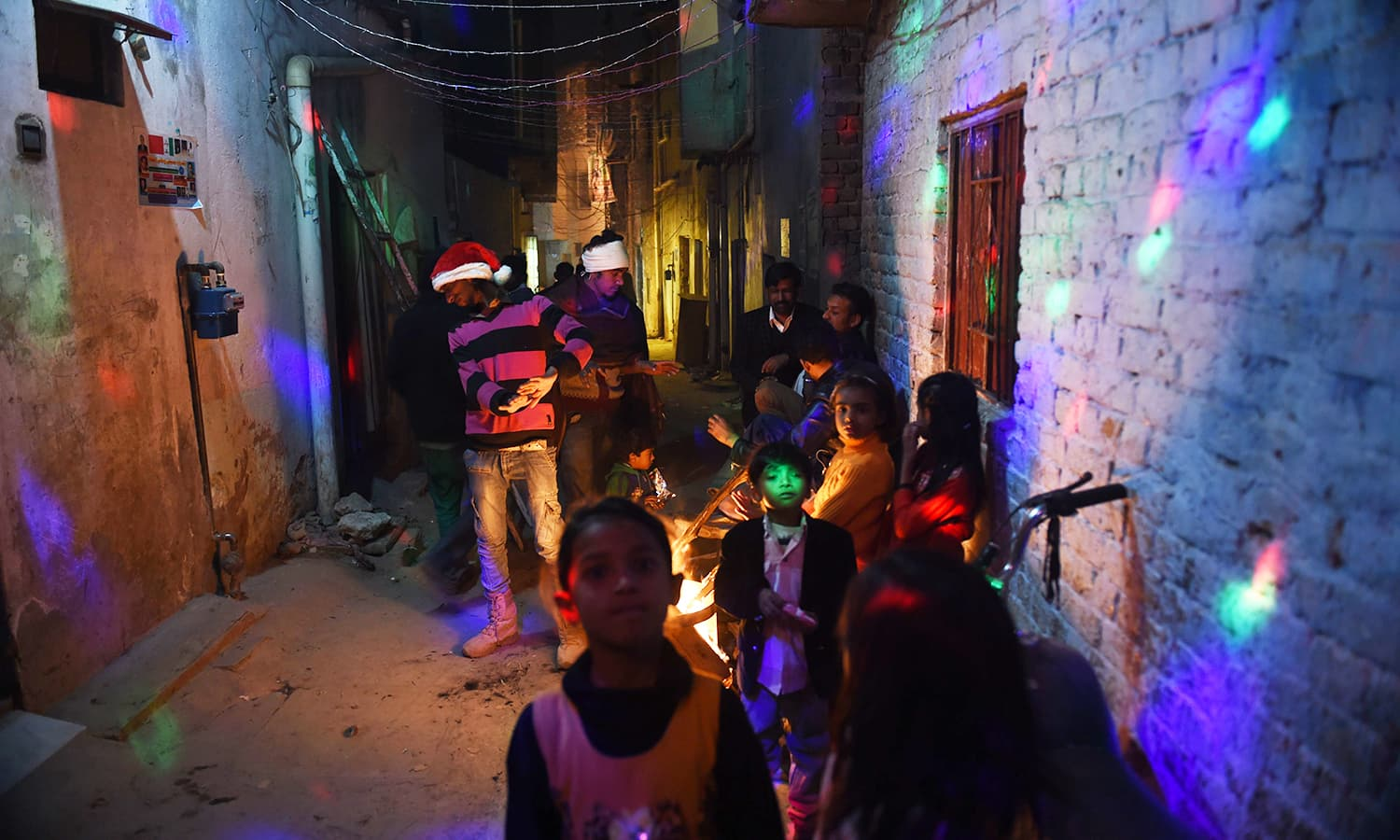 Pakistani Christian gather on a street to celebrate Christmas in Islamabad. ─AFP