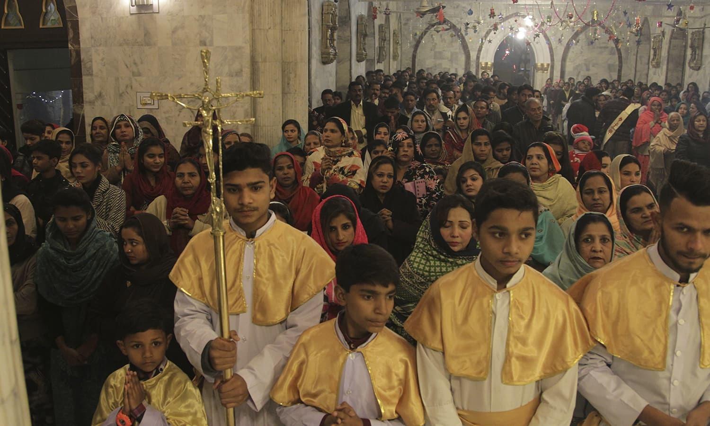پاکستان میں کرسمس کے موقع پر سینٹ انتھونی چرچ میں منعقدہ تقریب میں شرکاء مذہبی رسومات ادا کررہے ہیں — فوٹو / اے پی