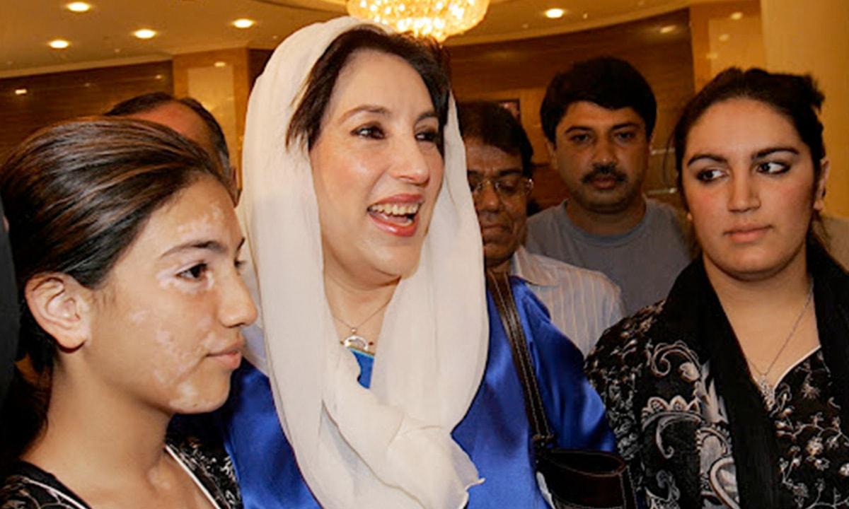 بینظیر بھٹو 17اکتوبر 2007 کو دبئی میں پریس کانفرنس کے لیے اپنی بیٹیوں سے ساتھ آتے ہوئے۔ — فوٹو اے ایف پی۔