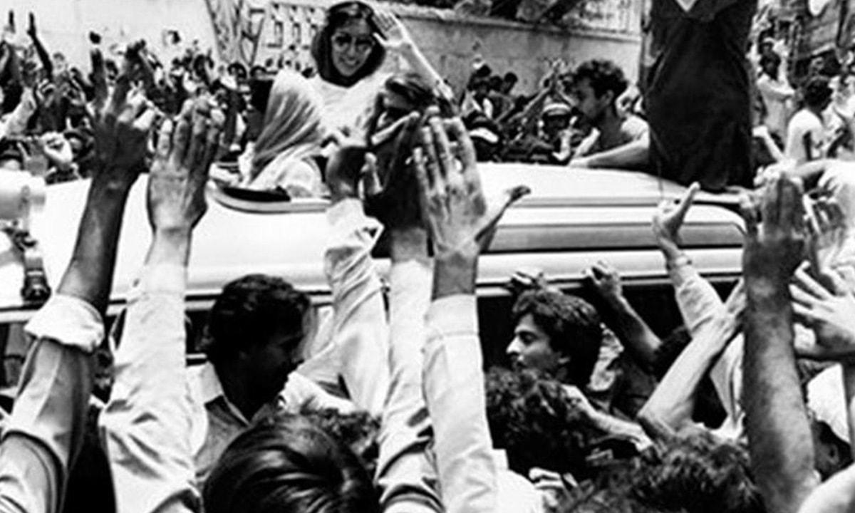 بینظیر بھٹو 1986 میں وطن واپسی پر لاہور میں اپنے کارکنوں کو ہاتھ ہلا رہی ہیں۔ — فوٹو ڈان ڈاٹ کام۔