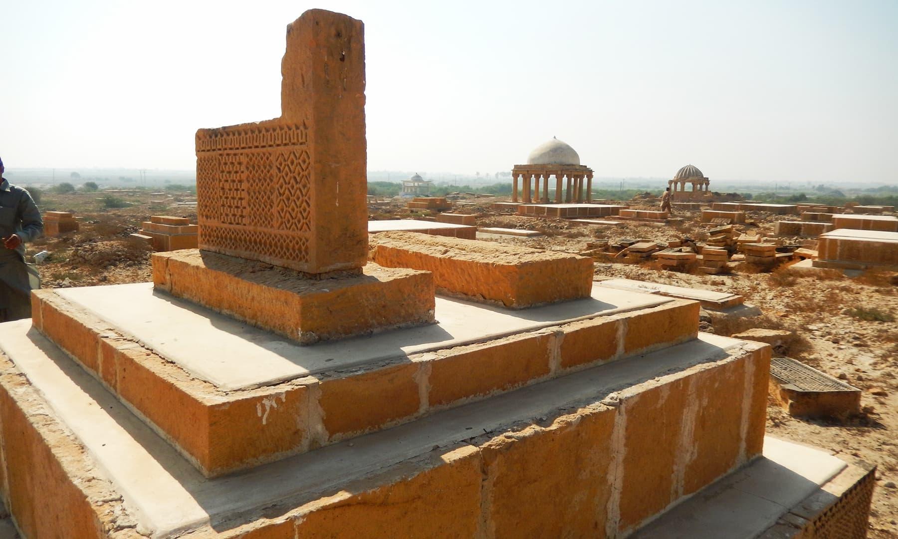 وادی کے پاس موجود قدیم قبریں اور مقابر — تصویر ابوبکر شیخ
