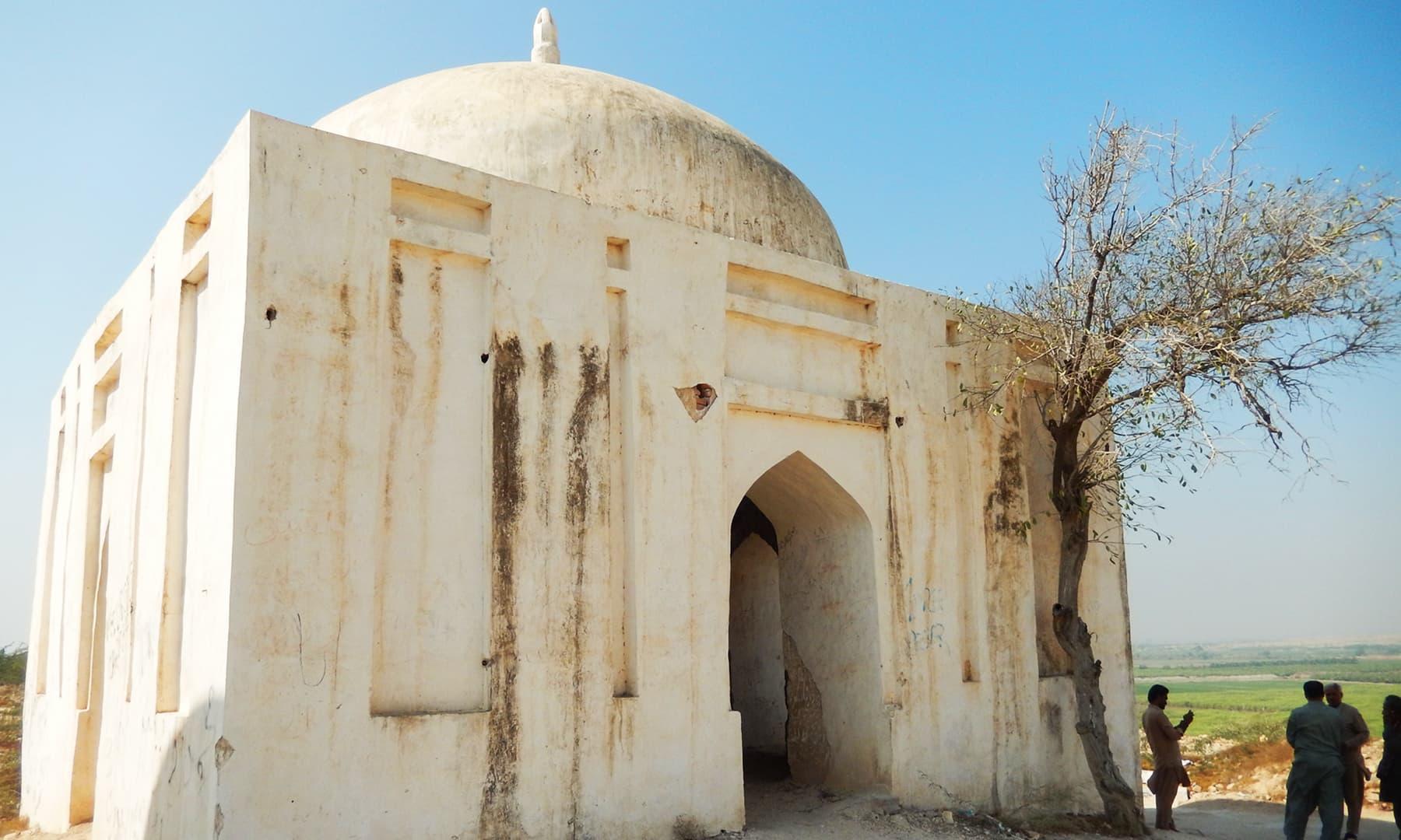 وادی میں موجود ایک قدیم مقبرہ — تصویر ابوبکر شیخ