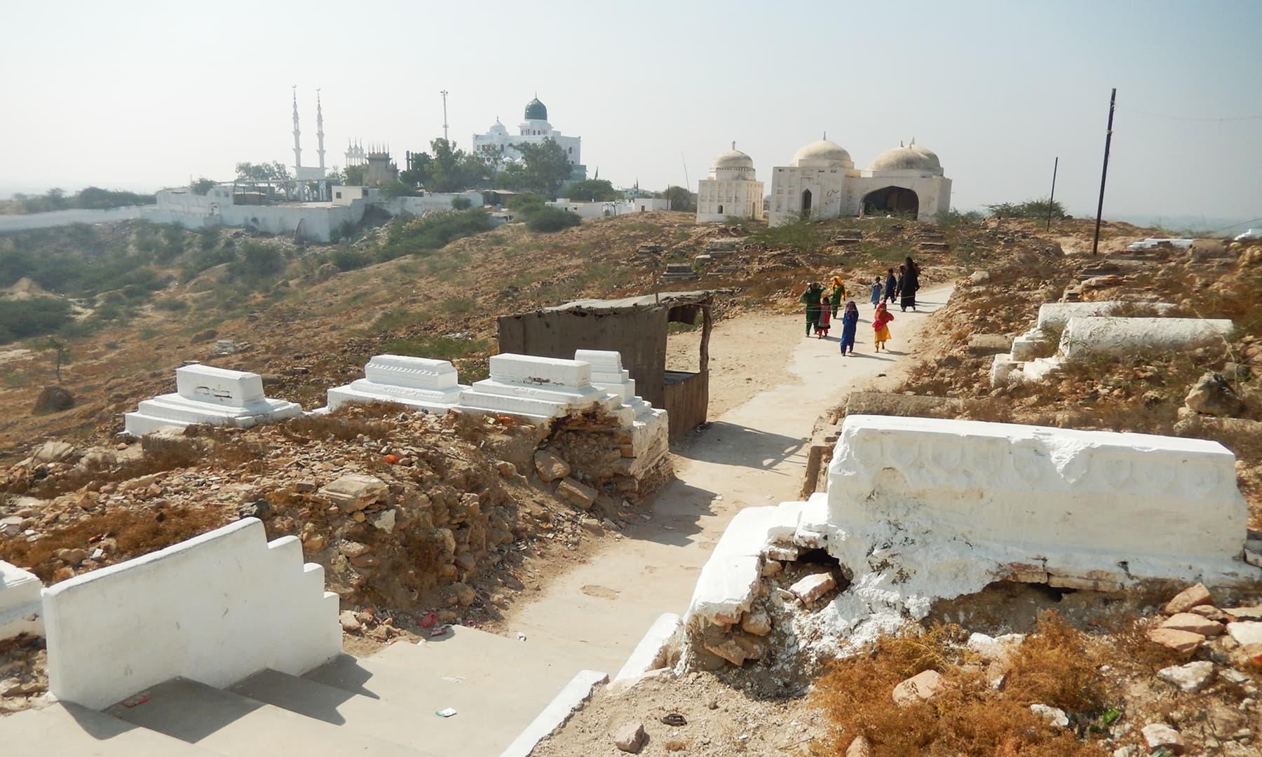 پیر پٹھو کے مقام پر موجود قربستان اور خانقاہیں — تصویر ابوبکر شیخ