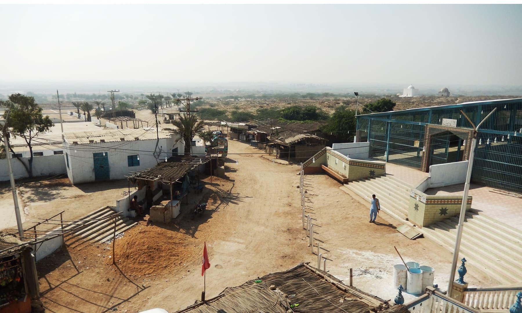 دور دور تک شاندار خانقاہیں دکھائی دیتی ہیں — تصویر ابوبکر شیخ