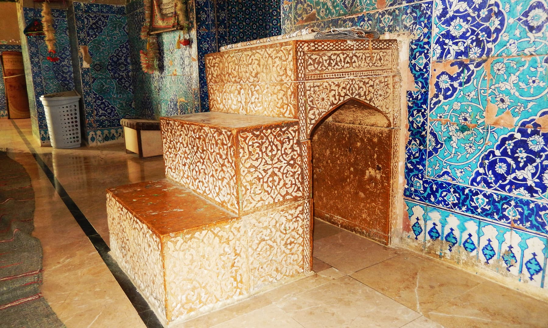 مزار کی مسجد کا قدیم منبر — تصویر ابوبکر شیخ