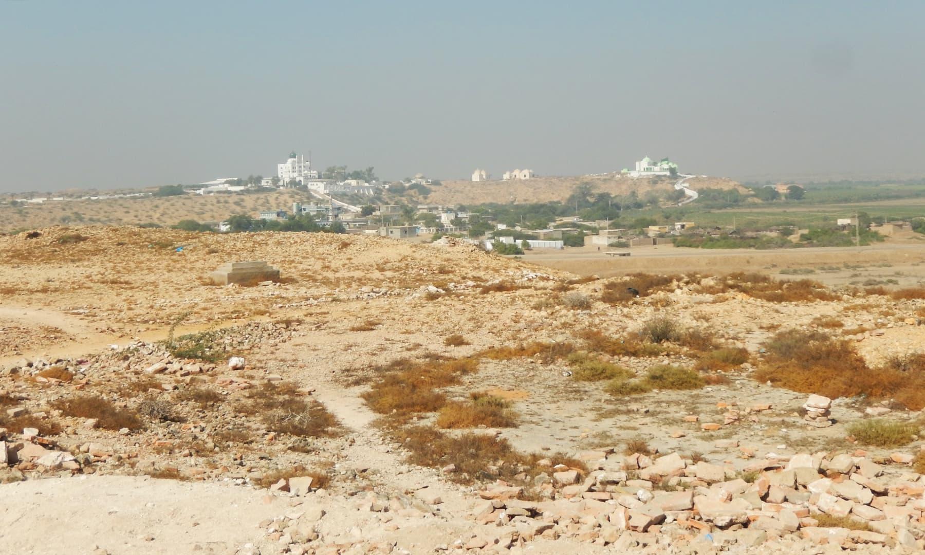 روشنی مینار سے قبرستان، مسجد اور خانقاہیں نظر آتی ہیں — تصویر ابوبکر شیخ