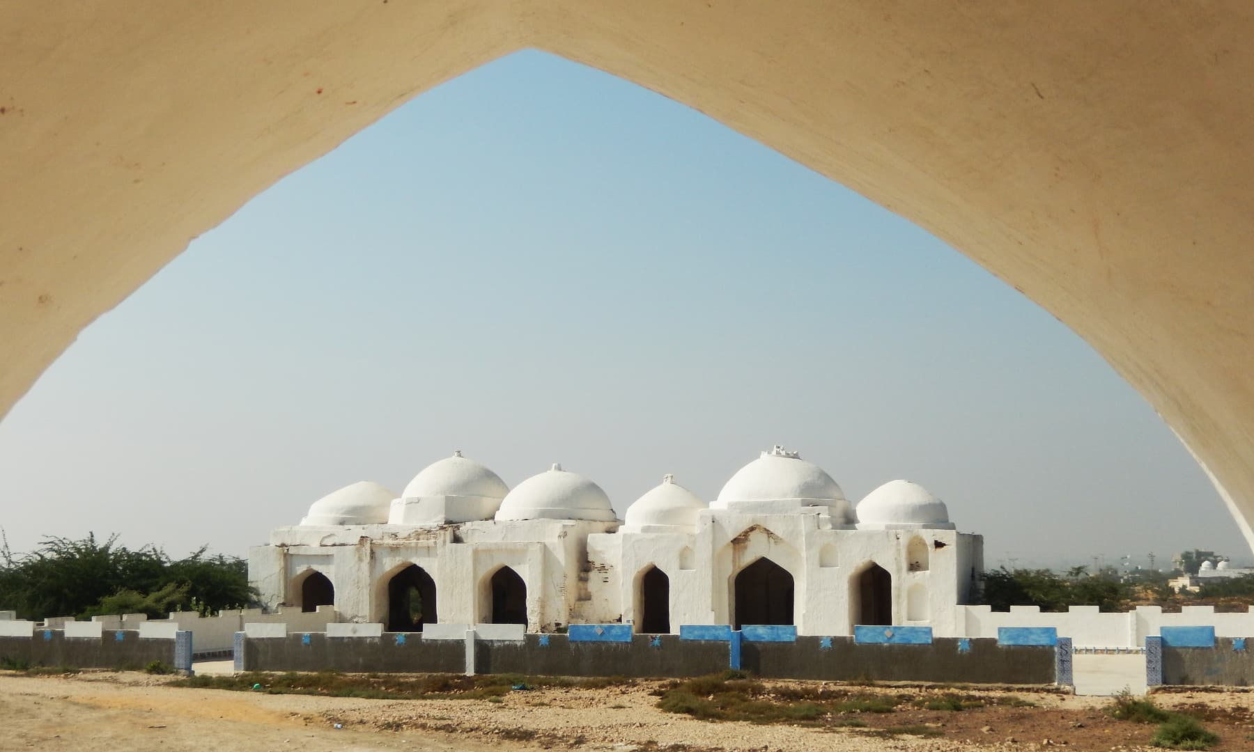 پیر پٹھو کی وادی میں قدیم مسجد — تصویر ابوبکر شیخ