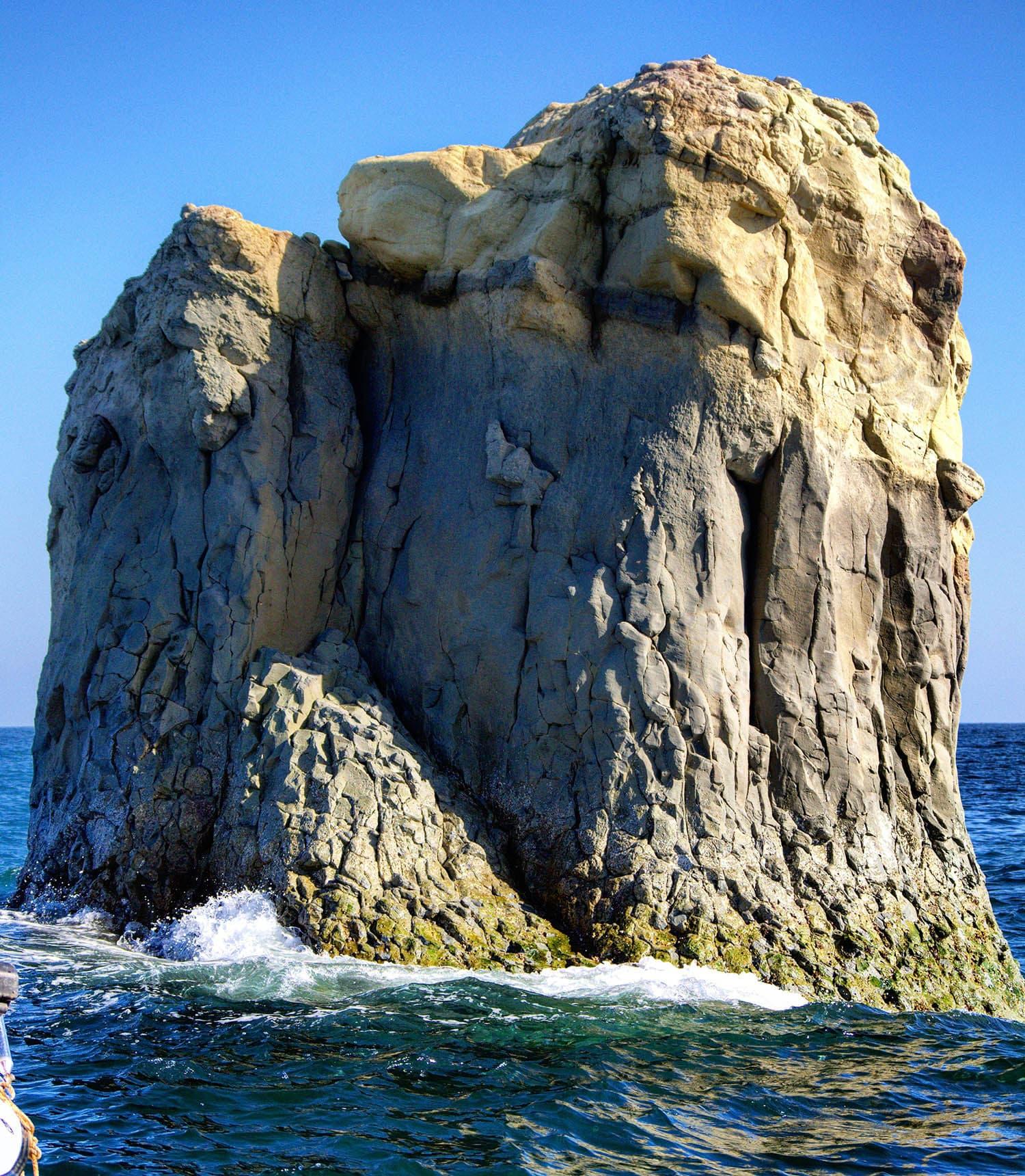 استولہ پہنچنے پر ایک بڑا انوکھا سا پتھر— تصویر عباس علی طور