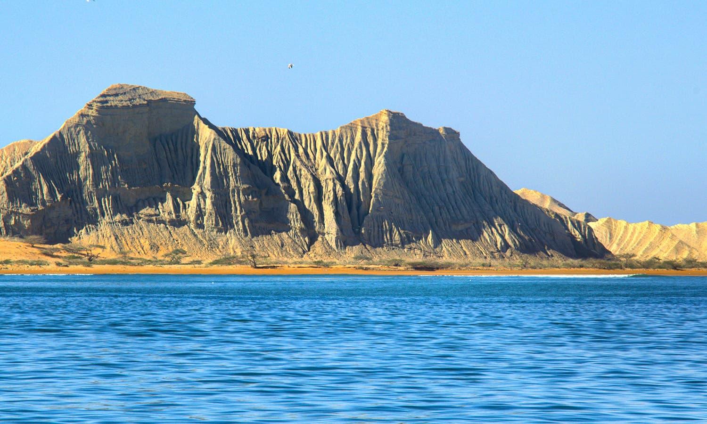 کشتی سے جزیرے کا ایک منظر— تصویر عباس علی طور