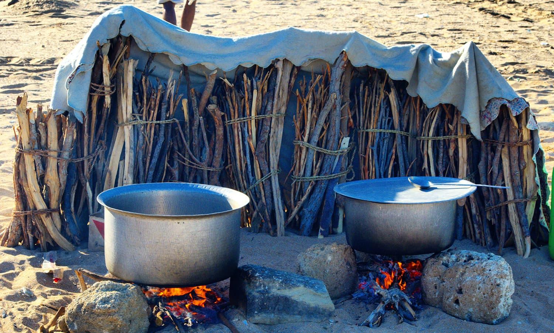 جزیرے پر کیمپنگ کے لیے ہمیں تمام ساز و سامان ساتھ لے جانا پڑا اور کھانا بھی خود پکانا پڑا تھا— تصویر عباس علی طور