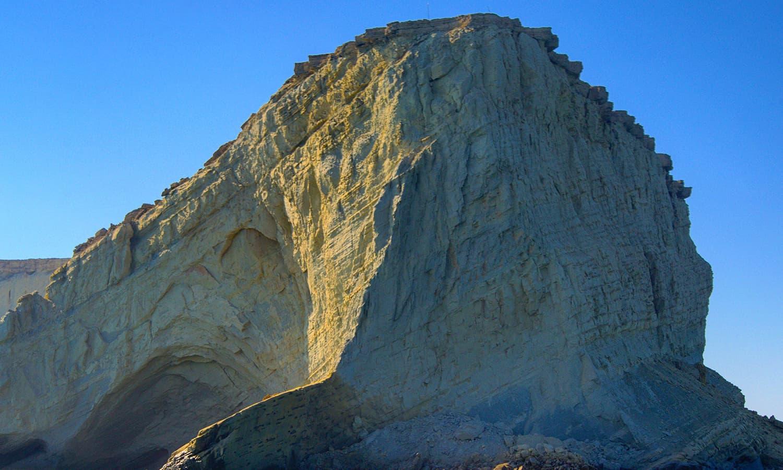 جزیرے پر موجود ہر پہاڑی دوسری سے الگ اور انوکھی تھی— تصویر عباس علی طور