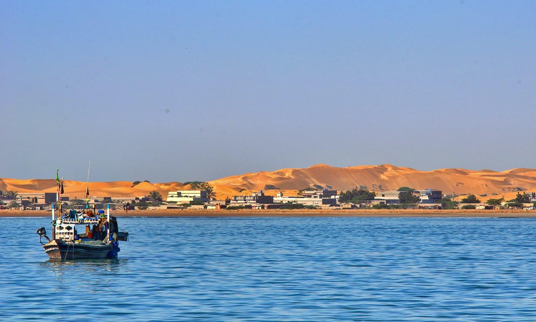 سمندر سے پسنی کا نظارہ جہاں سنہری ریت کے ٹیلے نظر آ رہے ہیں— تصویر عباس علی طور