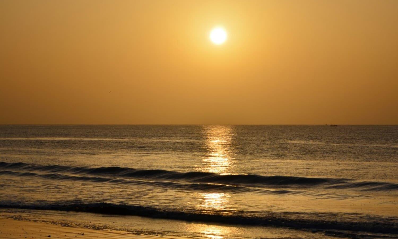 ساحل سمندر پر غروب آفتاب کا شاندار نظارہ — تصویر عباس علی طور