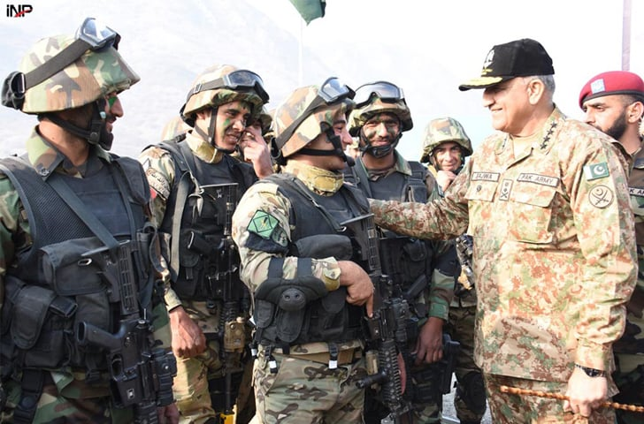 ATTOCK: Chief of the Army Staff General Qamar Javed Bajwa meets Jordanian troops taking part in the Pak-Jordan joint exercise 'Fajr-ul-Sharq 1' at Bahadur Ranges on Thursday.—INP