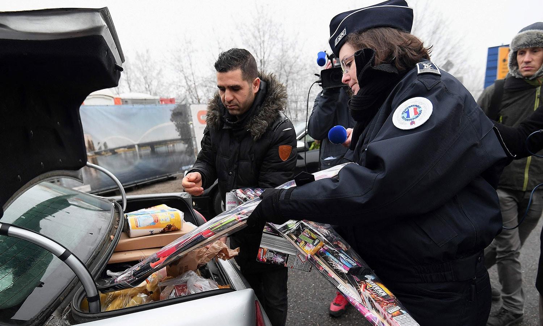 فرانس میں آنے جانے والی گاڑیوں کی تلاشی بھی لی جا رہی ہے—فوٹو:اے ایف پی
