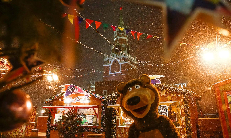 ماسکو کے ریڈ اسکوائر کو نئے سال کے جشن کے لیے ابھی سے ہی سجایا گیا ہے—فوٹو:رائٹرز