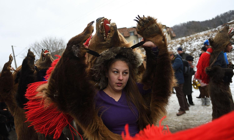 رومانیہ کے لوگ ابھی سے تفریحی مقامات پر جمع ہونا شروع ہوئے ہیں—فوٹو:اے ایف پی