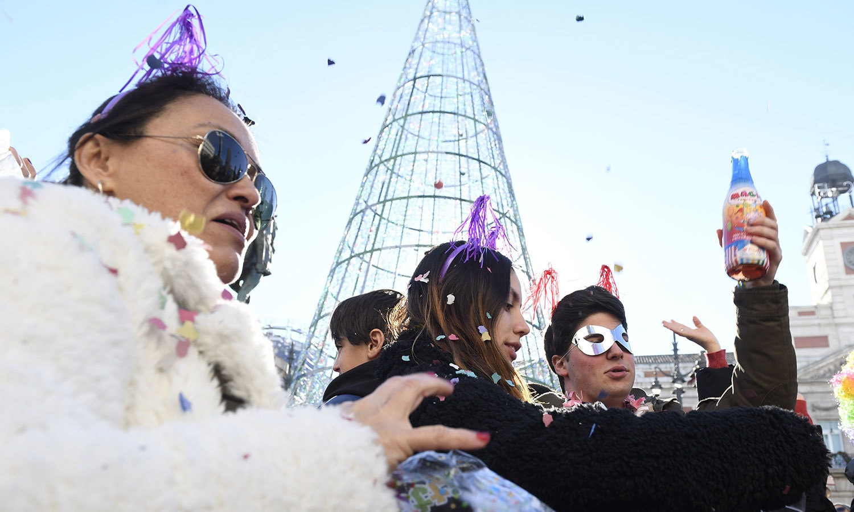 نئے سال کے ابتدائی لمحوں کو یادگار بنانے کے لیے اسپین کے لوگ بھی سیاحتی مقامات پر جمع ہونے لگے ہیں—فوٹو:اے ایف پی