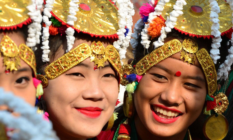 نیپال میں نئے سال کے موقع پر روایتی لباس پہن کر جشن منایا جاتا ہے—فوٹو:اے ایف پی