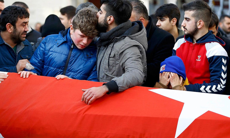 واقعے میں ہلاک ہونے والے افراد کی میت کو ترک پرچم میں لپیٹ کر خراج عقیدت پیش کیا گیا— فوٹو / رائٹرز