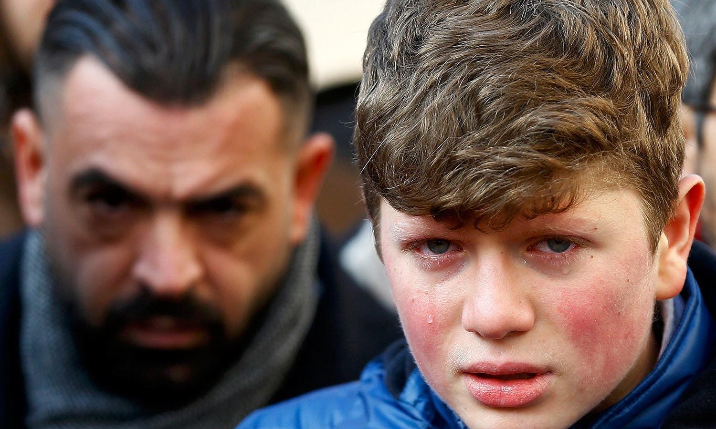 واقعے میں اپنے عزیز کو کھونے والے بچے کی آنکھوں سے آنسو رواں ہیں — فوٹو / رائٹرز