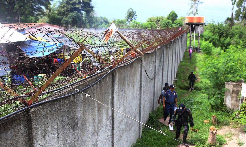 جیل کے اطراف گھنا جنگل ہونے کی وجہ سے قیدیوں کی تلاش میں مشکلات کا سامنا ہے — فوٹو / اے پی