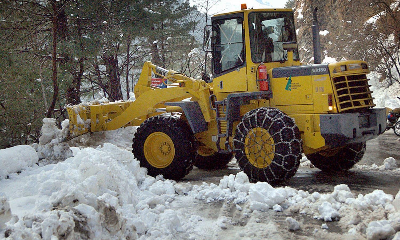 شدید برف باری کے بعد مری روڈ سے مشینری کے ذریعے برف ہٹائی جارہی ہے — فوٹو: اے پی پی