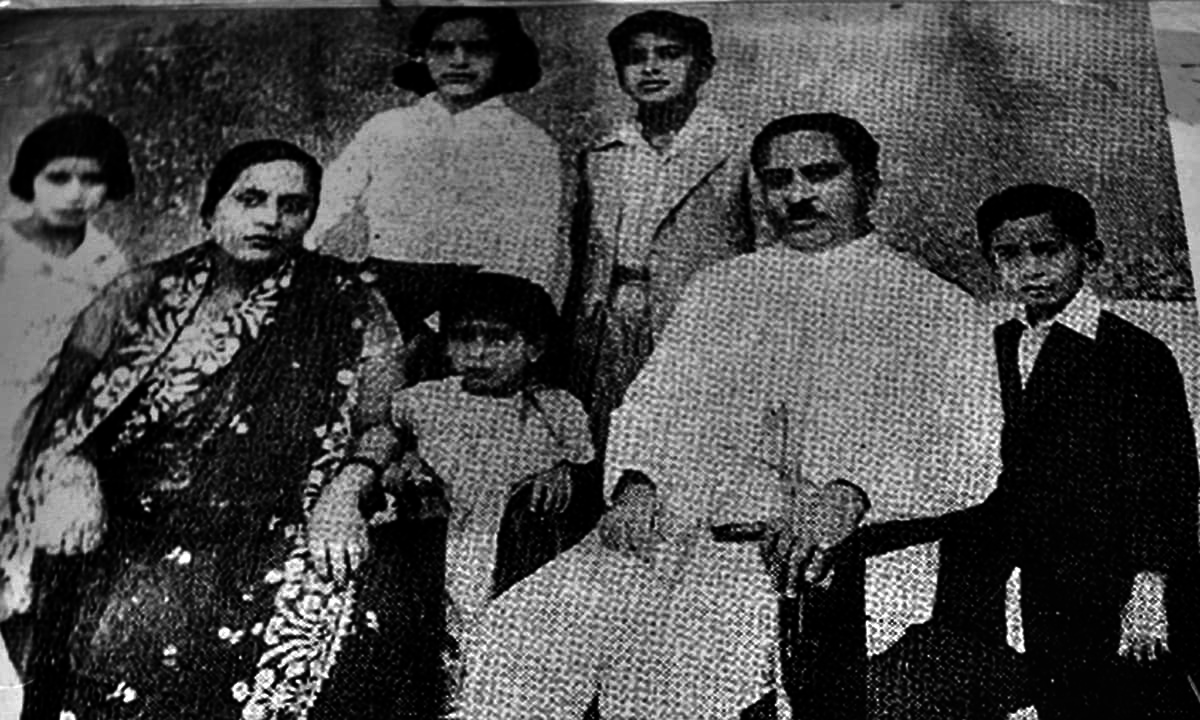 ذوالفقار علی بھٹو اپنے والدین اور بڑے بھائی بہنوں کے ساتھ تصویر میں موجود ہیں
