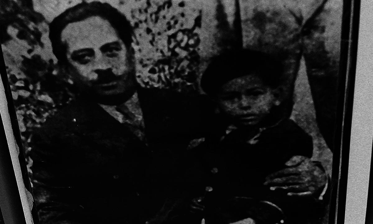 ذوالفقار علی بھٹو اس تصویر میں اپنے والد سر شاہ نواز بھٹو کے ساتھ بیٹھے ہیں