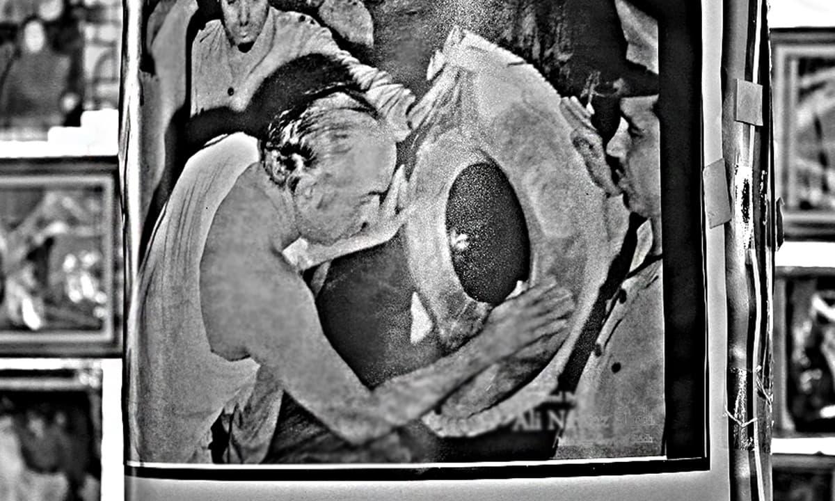 ذوالفقار علی بھٹو حجرِ اسود کو بوسہ دیتے ہوئے