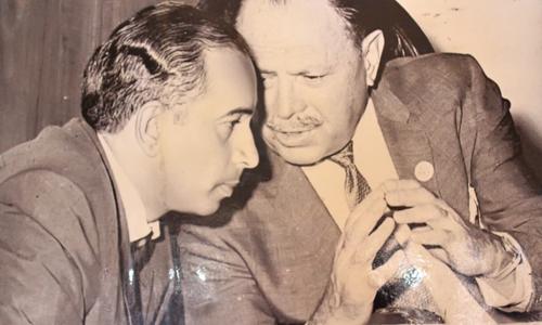 ذوالفقار علی بھٹو ایوب خان کے ساتھ تصویر میں موجود ہیں۔