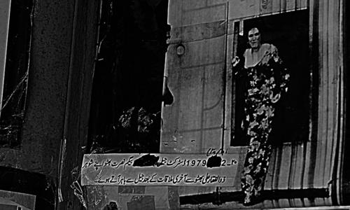 نصرت بھٹو اپنے شوہر ذوالقار علی بھٹو سے اخری ملاقات کرنے کے بعد جیل کے باہر آرہی ہیں۔