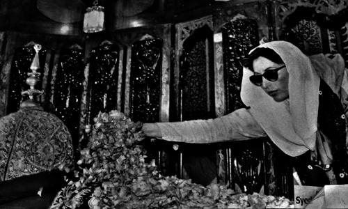 بے نظیر بھٹو اپنے والد ذوالفقار علی بھٹو کی قبر پر موجود ہیں۔