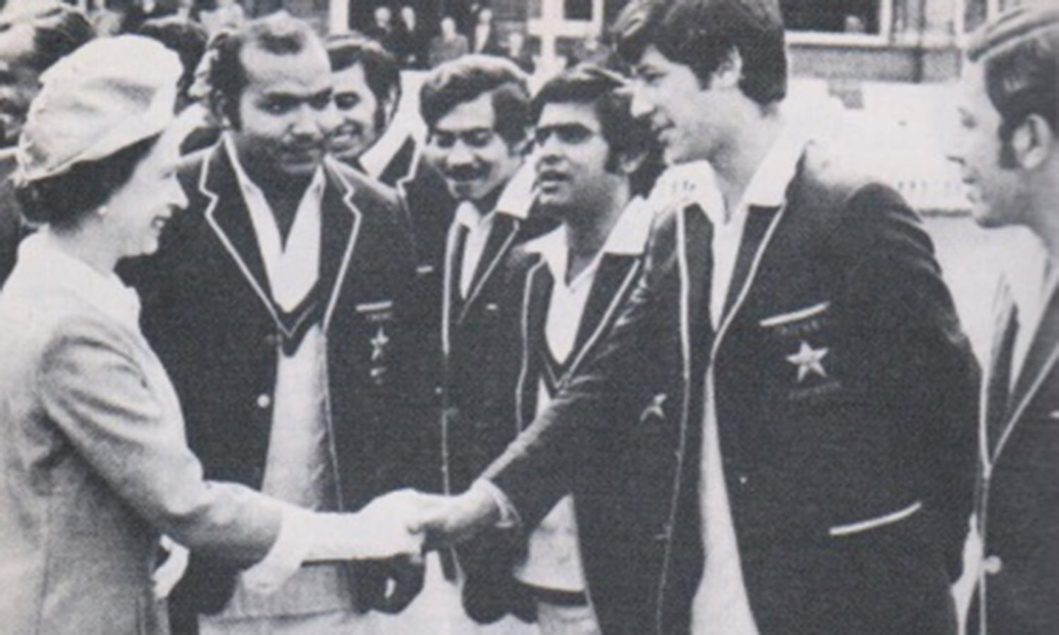 Intikhab introduces his team to the Queen (London, 1971).