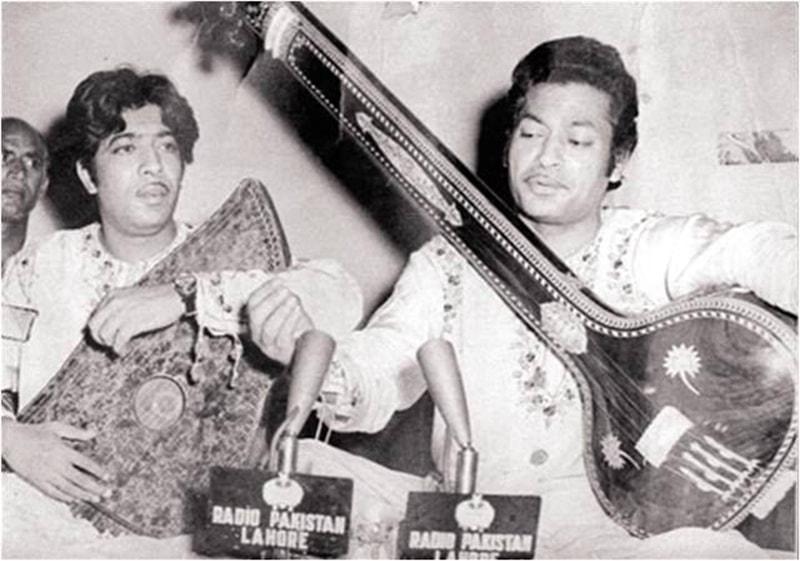 استاد فتح علی خان (بائیں) اپنے بھائی استاد امانت علی خان (دائیں) کے ساتھ۔ — فوٹو بشکریہ آفیشل فیس بک پیج۔