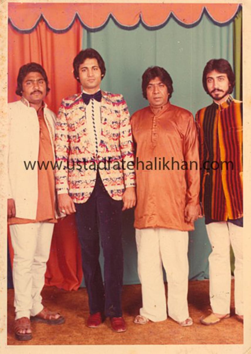 دائیں سے بائیں: حامد علی خان، استاد فتح علی خان، اسد امانت علی خان، امجد امانت علی خان۔— فوٹو بشکریہ آفیشل فیس بک پیج۔