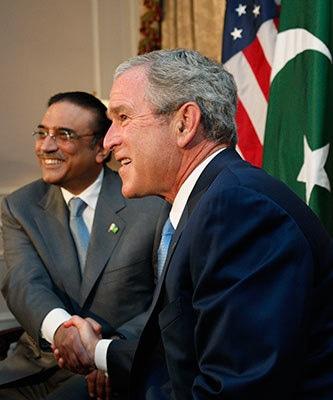 جارج بس کے بیٹے اور سابق امریکی صدر جارج ڈبلیو بش اور پاکستان کے سابق صدر آصف علی زرداری کی یادگار تصویر— فوٹو: رائٹرز