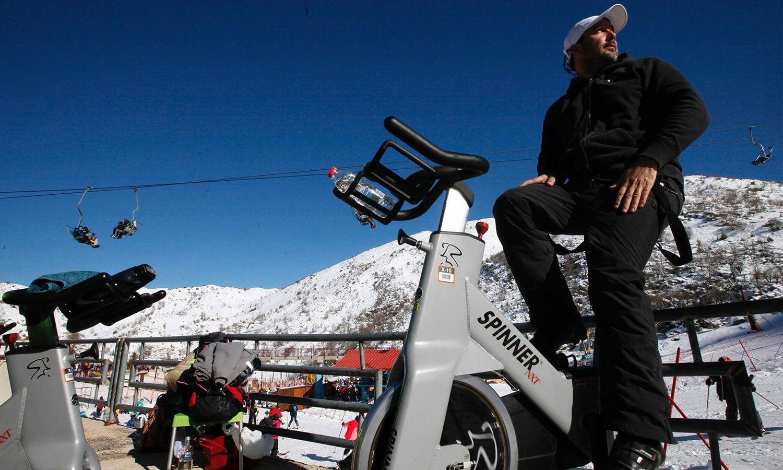 سردی کے موسم میں برف سے ڈھکی گولان کی پہاڑی میں لوگ سکی کلاس سے محظوظ ہوئے—فوٹو: اے ایف پی