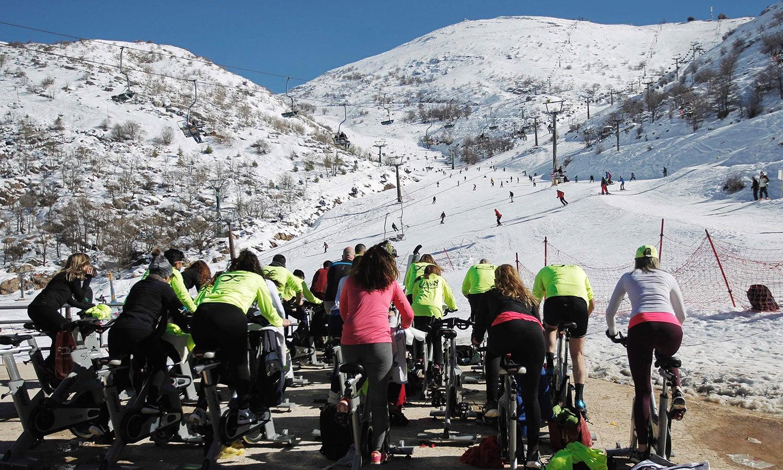 برف سے ڈھکی گولان کی پہاڑی خوبصورت منظر پیش کررہی تھی—فوٹو: اے ایف پی