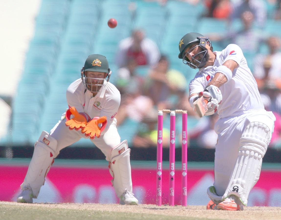 پاکستان کے کپتان مصباح الحق پہلی اننگز کی طرح دوسری باری میں بھی غیر ضروری شاٹ کھیل کر آؤٹ ہوئے— فوٹو: اے پی